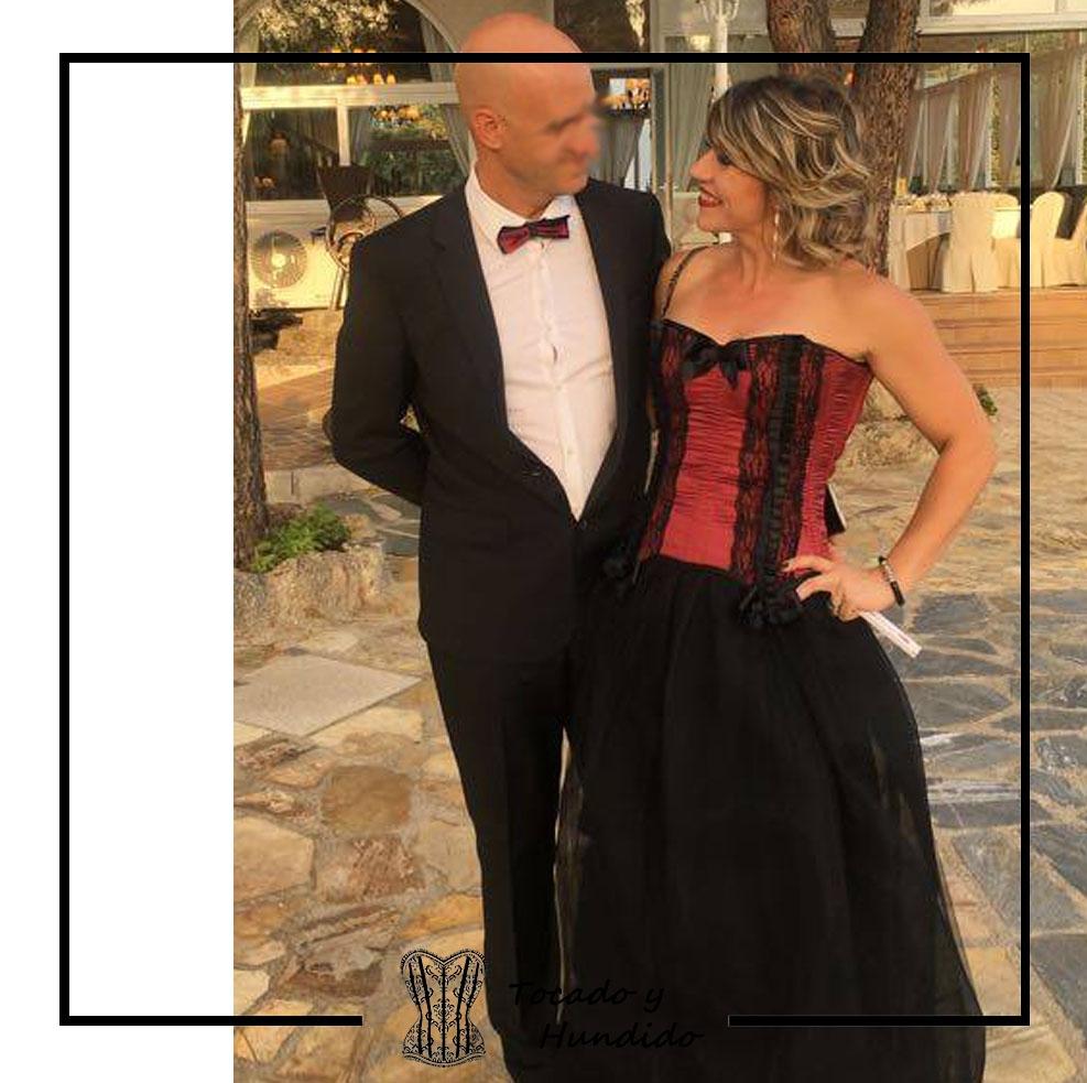 invitada a boda con corset burdeos y falda de tul novio pajarita a conjunto